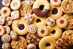 Close-up sortido das cookies bonitas parte superior horizontal v do fundo Imagens de Stock Royalty Free