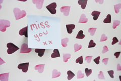 Close-up of sticky note with a message over heart shaped wall Royalty Free Stock Photos