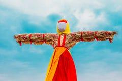 Close-up Straw Effigy Of Dummy Maslenitsa sem cara, mitologia eslavo oriental, tradição pagão O eslavo oriental fotografia de stock royalty free