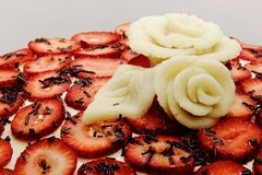 Close-up strawberry cake with roses Royalty Free Stock Photos