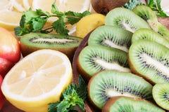 Close-up suculento do fruto, alimentos saudáveis, ingredientes da dieta, fatias do quivi perto do limão e pêssegos suculentos per fotos de stock