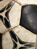 Close-up sujo velho do detalhe da esfera de futebol fotos de stock