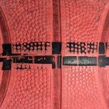 Close up textured vermelho de um basquetebol foto de stock royalty free