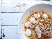 Close up TOM YAM Pork Noodles Soup picante com bolas da carne de porco, suco frio colada e de lima/delicioso imagem de stock royalty free