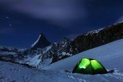 Close-up toneelmening over sneeuwmatterhorn-piek in nacht, Matterhorn-Piek die, Zermatt, Zwitserland A ijzige sterrige nacht char stock foto