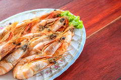 Close up top view steamed shrimp/prawn in the white plate ready to eat Royalty Free Stock Images