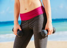 Close-up of torso of fitness woman holding Royalty Free Stock Photos