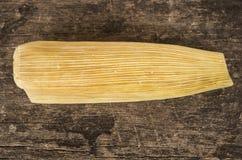 Close-up traditionele Ecuatoriaanse humitas die op houten oppervlakte, zeer aardige rustieke presentatie liggen Stock Afbeelding