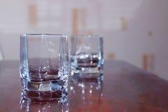 Close-up twee koppen van leeg glas whisky Stock Afbeelding