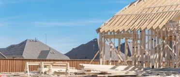 Close-up twee-verhaal stok gebouwd huis in aanbouw in Irving stock foto