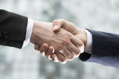 Close-up of two businessmen shaking hands Royalty Free Stock Photos