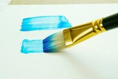 Close up um retângulo azul nas aquarelas usando um pincel no wa foto de stock