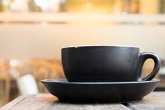 Close-up um a xícara de café em um de madeira Imagens de Stock