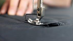 Close-up Uma máquina de costura no movimento filme