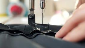 Close-up Uma máquina de costura no movimento video estoque