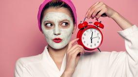 Close-up van aantrekkelijk jong vrouwelijk model die kosmetische modder op huid toepassen Zeep, handdoek en bloemensneeuwklokjes  stock videobeelden