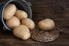 Close-up van aardappels in metaalemmer stock foto's