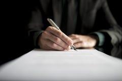 Close-up van advocaat of stafmedewerker die een contract ondertekenen royalty-vrije stock afbeelding