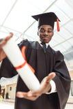 close-up van Afrikaanse Amerikaanse gediplomeerde student wordt geschoten die stock foto