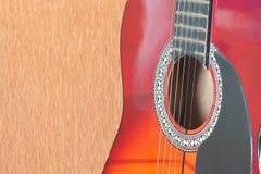 Close-up van akoestische gitaar op bruine achtergrond Royalty-vrije Stock Fotografie