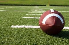 Close-up van Amerikaanse Voetbal op Gebied Stock Fotografie