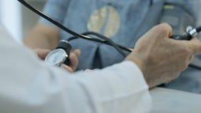 Close-up van arts die de druk van meet stock footage