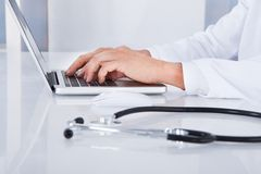 Close-up van arts die laptop met behulp van stock afbeelding