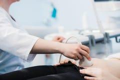 Close-up van Arts Moving Ultrasound Probe op Zwangere Vrouwen` s Maag in het Ziekenhuis royalty-vrije stock fotografie