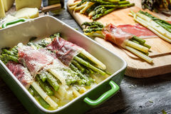 Close-up van asperge in ham en kaas wordt gerold die stock foto's