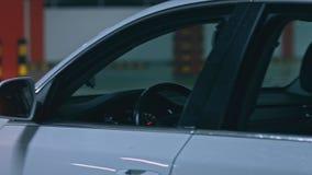 Close-up van auto binnenlands voordashboard, ondergronds parkeren stock footage
