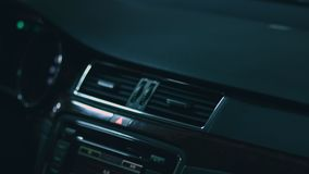 Close-up van auto binnenlands voordashboard, ondergronds parkeren stock video