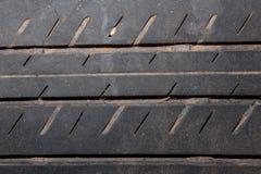 Close-up van autoband aan achtergrond Royalty-vrije Stock Foto's