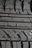 Close-up van autoband met met waterdalingen Royalty-vrije Stock Afbeeldingen