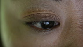 Close-up van Aziatisch vrouwelijk oog wordt geschoten die Internet surfen dat stock footage