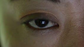 Close-up van Aziatisch vrouwelijk oog wordt geschoten die Internet surfen dat stock video