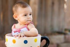 Close-up van babymeisje in reuzetheekopje Stock Fotografie