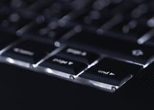 Close-up van backlit computerlaptop toetsenbord selectieve nadruk op eind zeer belangrijk ideaal voor de hakker van de technologi Royalty-vrije Stock Foto