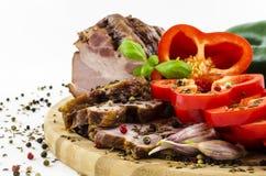 Close-up van bacon en paprika met spieces op houten raad Stock Foto's