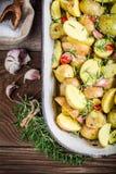Close-up van bakselaardappels met rozemarijn en knoflook Stock Foto's