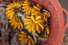 Close-up van banaan in de mand in de markt Stock Fotografie