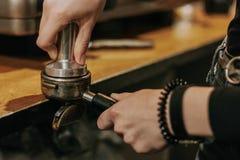 Close-up van barista temping koffie Stock Afbeeldingen