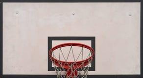 Close-up van basketbalraad onder bewolkte hemel in een schoolwerf C Stock Afbeeldingen