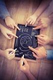 Close-up van bebouwde handen die bedrijfstermijnen op lei schrijven Stock Afbeeldingen