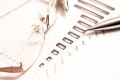 Close-up van bedrijfsgrafiek met glazen royalty-vrije stock foto