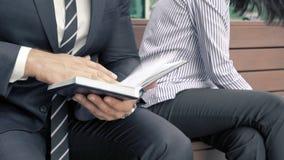 Close-up van bedrijfsmensen die kwesties bespreken op de vergadering stock video
