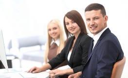 Close-up van bedrijfsmensen die op een vergadering de conferentieruimte zitten royalty-vrije stock afbeelding
