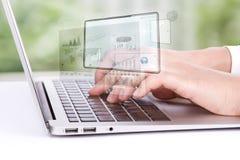 Close-up van bedrijfsvrouwenhand het typen op laptop toetsenbord stock afbeeldingen