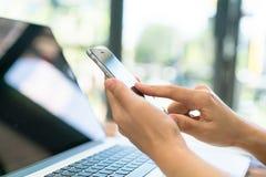 Close-up van bedrijfsvrouwenhand het typen op laptop toetsenbord met mo stock foto's