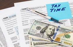 Close-up van Belastingstijd - op kleverige nota's met geld wordt geschreven dat Royalty-vrije Stock Afbeeldingen