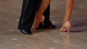 Close-up van benen van dansende paren in balzaal Langzame Motie stock video